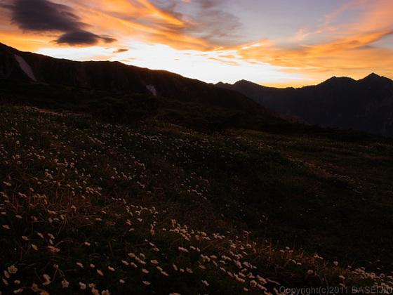 110718五色ヶ原山荘の手前で日が昇る