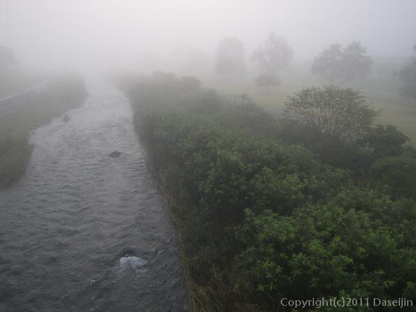 110929遠野市早瀬川を渡る