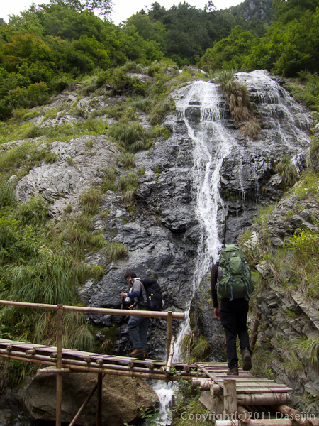 110925旧日電歩道の滝
