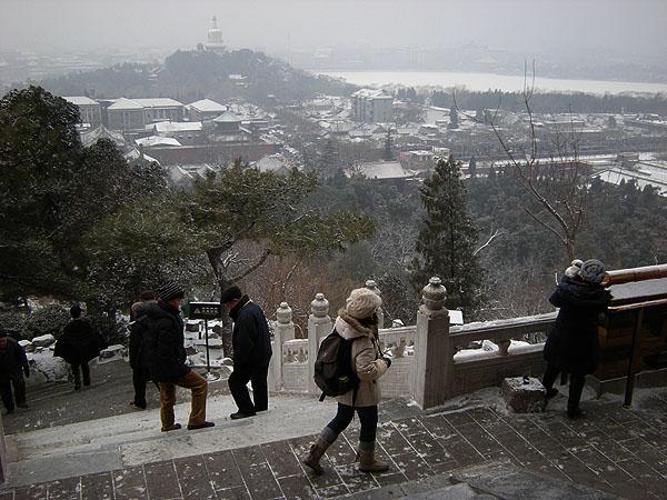 100102北京景山公園を登る観光客