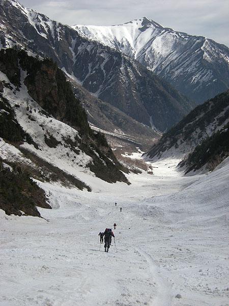 100516針ノ木雪渓から爺ヶ岳を振り返る