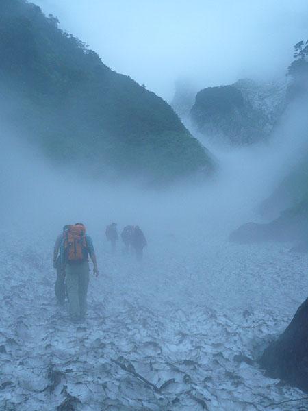 100801一ノ倉沢の雪渓を歩く
