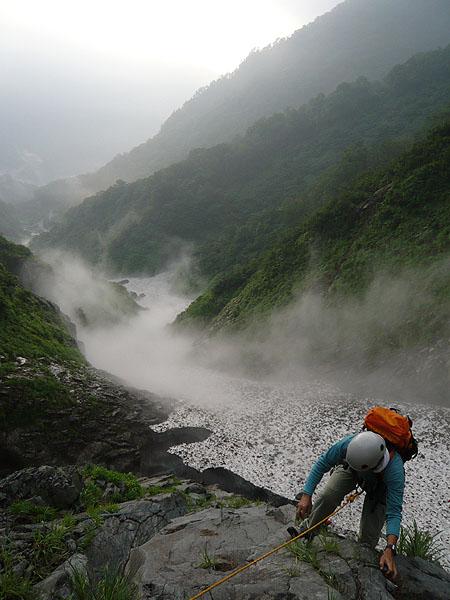 100801一ノ倉沢テールリッジ末端の岩場を登る