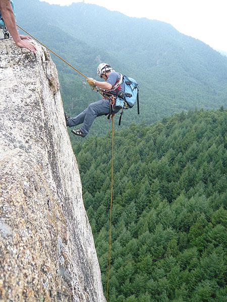 100828小川山スラブ上岩壁の頭から懸垂下降