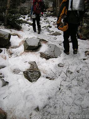 101218赤岳鉱泉へ凍った登山道