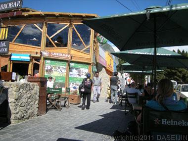 101230エル・カラファテ、リベルタドール大通りの中心のカフェ