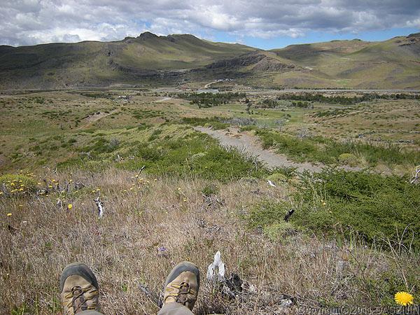 110104パイネ国立公園・公園入り口を眺める丘で休憩
