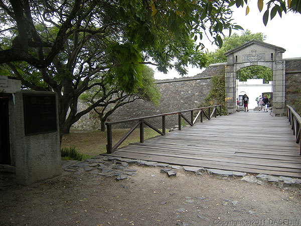 110108コロニア・デル・サクラメント、世界遺産旧市街の城門
