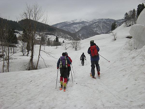 110417守門岳・登山口から林道を歩く