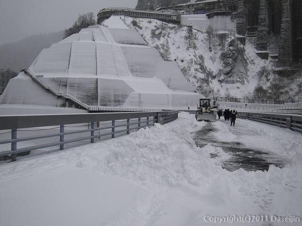 111125立山スキー・黒部ダムの除雪