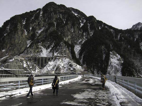 111127立山スキー・黒部ダムの雪は融けている