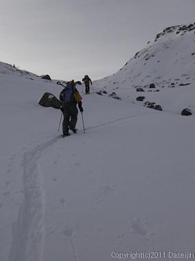 111127立山スキー・国見岳へ沢の左の尾根を登る