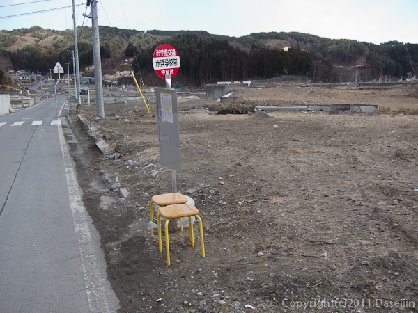 120210遠野ボランティア・赤浜学校バス停