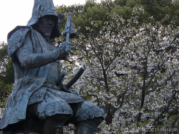 120404熊本・花に囲まれる清正公銅像