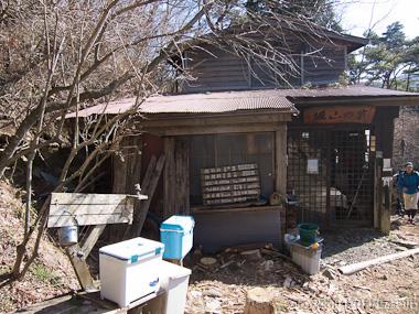 120407丹沢・堀山ノ家で休憩