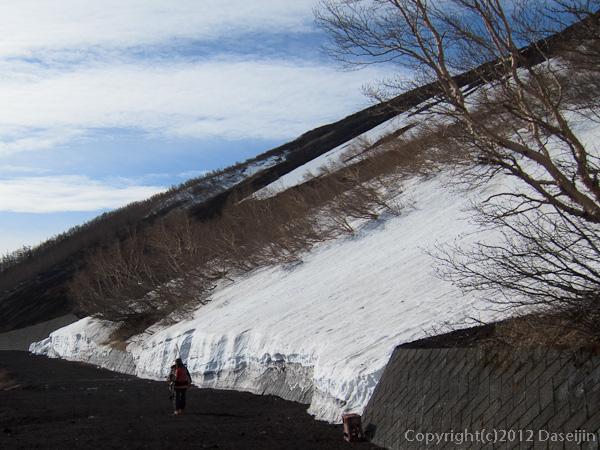 120526富士山・五合目でも雪たっぷり