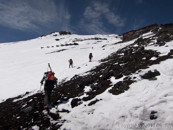 120526富士山・2700mあたりからアイゼンをつけて歩く