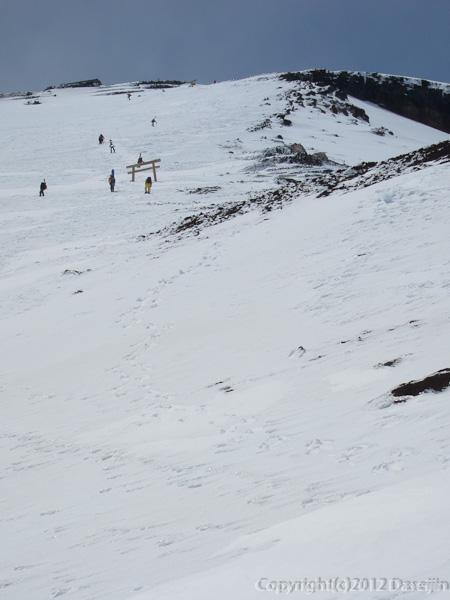 120526富士山・九合目を見上げる