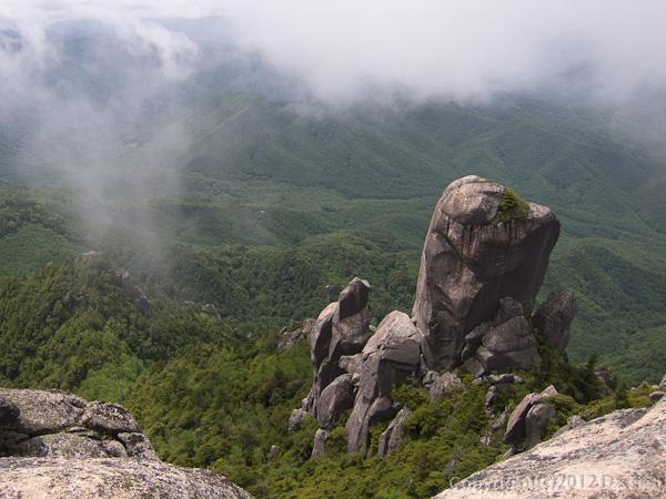 120623瑞牆山・山頂からおおやすり岩