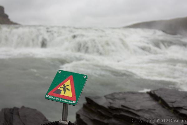 120805アイスランド、グリーンランドの旅・グトルフォス、滝に落ちるなよ