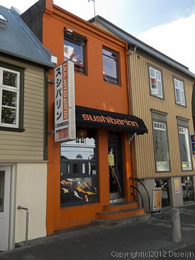 120804アイスランド、グリーンランド・LAUGAVEGUR通りのスシバリン