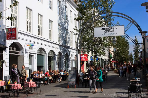 120804アイスランド、グリーンランド・AUSTURSTR通りのカフェ