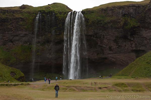 120806アイスランド、グリーンランドの旅・Seljalandfossで休憩