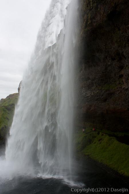 120806アイスランド、グリーンランドの旅・Seljalandfossの裏側