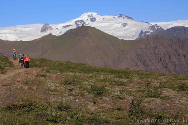 120807アイスランド、グリーンランドの旅・尾根に乗るとクヴァンナダルスフォニュークが見える