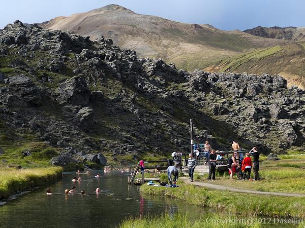 120808アイスランド、グリーンランドの旅・ランドマンナロイガルの湿原の真ん中の露天風呂