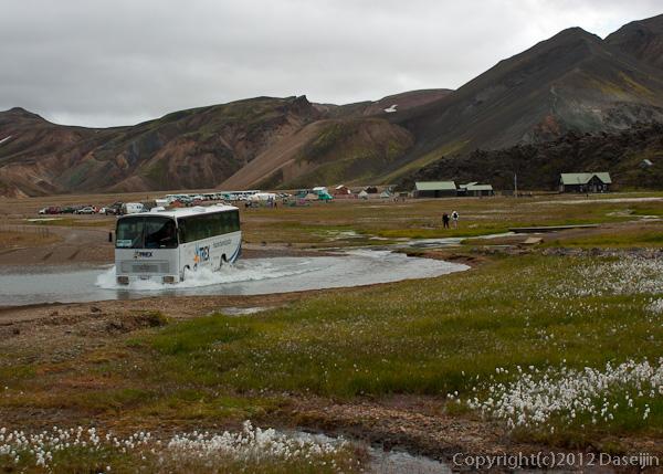 120809アイスランド、グリーンランドの旅・川を渡るバス