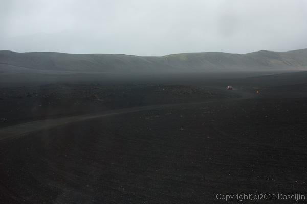120809アイスランド、グリーンランドの旅・雨の荒野を行く