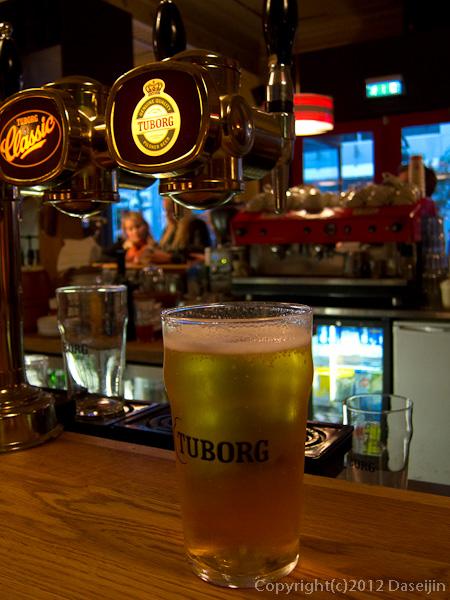 120809アイスランド、グリーンランドの旅・レイキャビックのバーにてビール