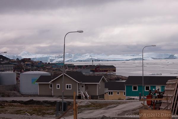 120810アイスランド、グリーンランドの旅・建物より大きな氷山が見える