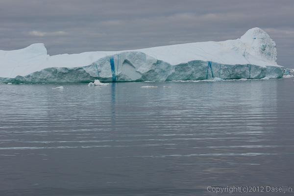 120812アイスランド、グリーンランドの旅・青いクラックの氷山