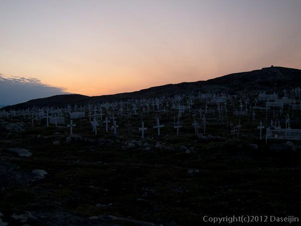 120812アイスランド、グリーンランドの旅・夕暮れの墓地
