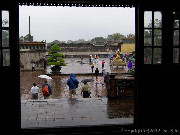 121114ベトナム・フエ太和殿から外を眺める
