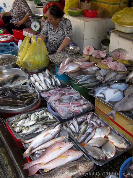 121117ベトナム・ベンタイン市場の魚屋