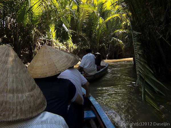 121118ベトナム・手漕ぎ舟で水路を行く
