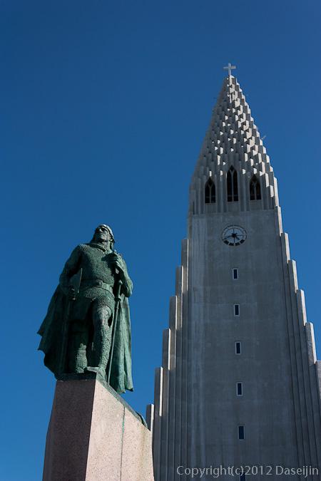 120804アイスランド、グリーンランド・ハトルグリムスキャルキャ教会とレイブル・エイリックソン
